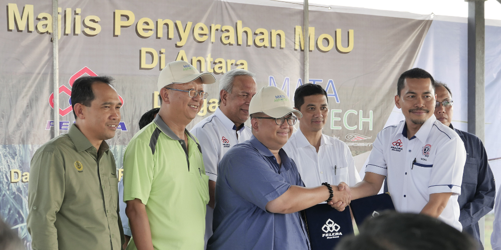 MATA Aerotech Sdn Bhd CEO Wan Azrain Adnan (centre) and Felcra CEO Mohd Nazrul Izam Mansor (2nd right) are seen during the inking of the MoU July 23, 2019. — Picture courtesy of MATA Aerotech